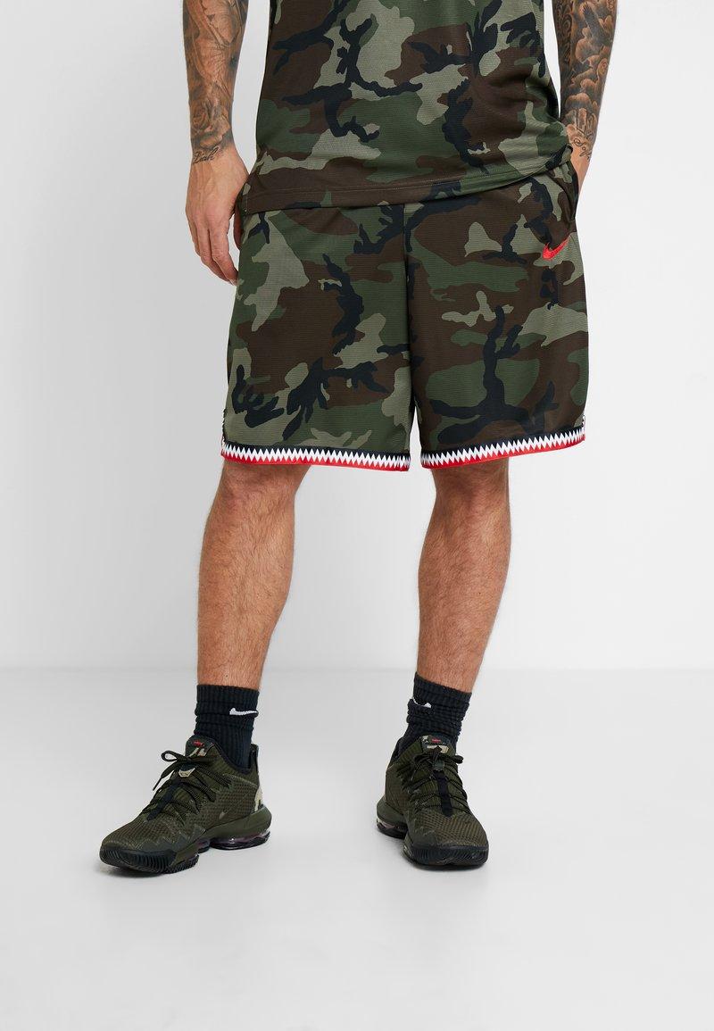 Nike Performance - DNA SHORT CAMO - Pantaloncini sportivi - medium olive/university red