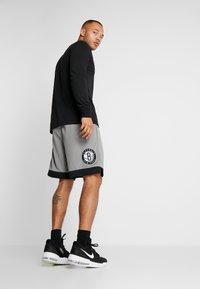 Nike Performance - NBA BROOKLYN NETS STATEMENT SHORT - Krótkie spodenki sportowe - dark steel grey/black/white - 2