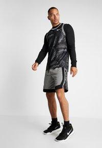 Nike Performance - NBA BROOKLYN NETS STATEMENT SHORT - Krótkie spodenki sportowe - dark steel grey/black/white - 1
