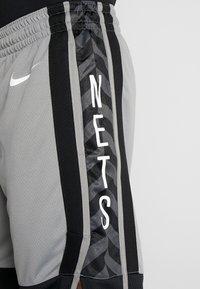 Nike Performance - NBA BROOKLYN NETS STATEMENT SHORT - Krótkie spodenki sportowe - dark steel grey/black/white - 4