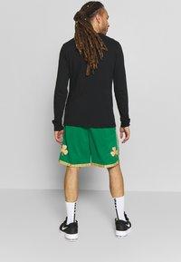 Nike Performance - NBA CITY EDITION BOSTON CELTICS - Korte broeken - clover/club gold/club gold - 2