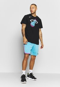 Nike Performance - NBA CITY EDITION MIAMI HEAT SHORT - Krótkie spodenki sportowe - blue gale - 1