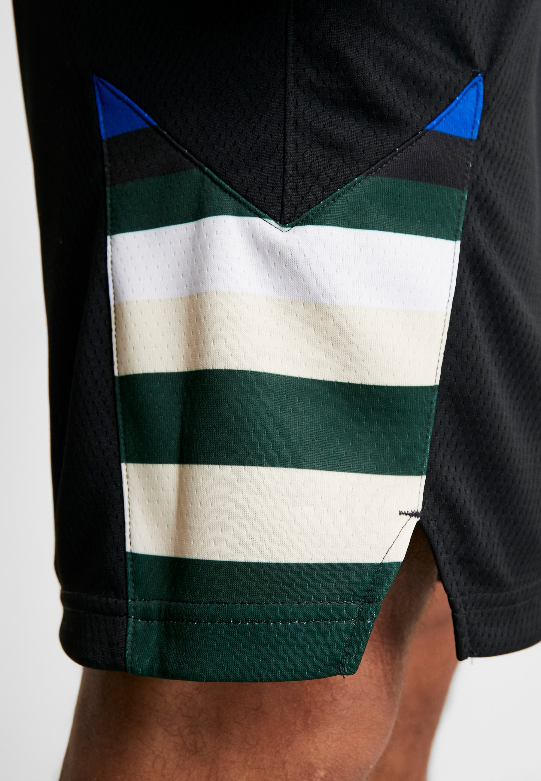 Nike Performance NBA MILWAUKEE BUCKS STATEMENT SHORT - Short de sport black/white