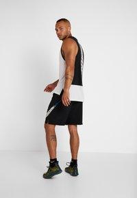 Nike Performance - Pantalón corto de deporte - black - 2