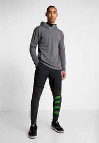Nike Performance - PANT - Trainingsbroek - black heather/black/scream green - 1