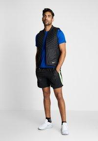 Nike Performance - WILD RUN SHORT - Träningsshorts - black/silver - 1