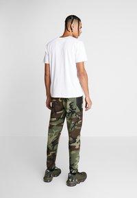 Nike Performance - THERMAFLEX PANT PRINT - Joggebukse - medium olive/black - 2