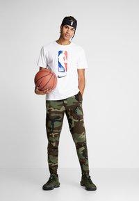 Nike Performance - THERMAFLEX PANT PRINT - Joggebukse - medium olive/black - 1