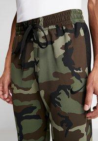 Nike Performance - THERMAFLEX PANT PRINT - Joggebukse - medium olive/black - 5