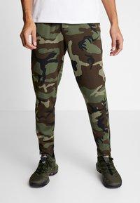 Nike Performance - THERMAFLEX PANT PRINT - Joggebukse - medium olive/black - 0