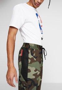 Nike Performance - THERMAFLEX PANT PRINT - Joggebukse - medium olive/black - 3