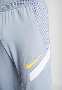 Nike Performance - DRY PANT - Jogginghose - obsidian mist/laser orange - 5