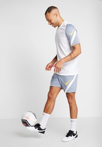 Nike Performance - DRY STRIKE SHORT - Pantalón corto de deporte - obsidian mist/diffused blue/laser orange - 1