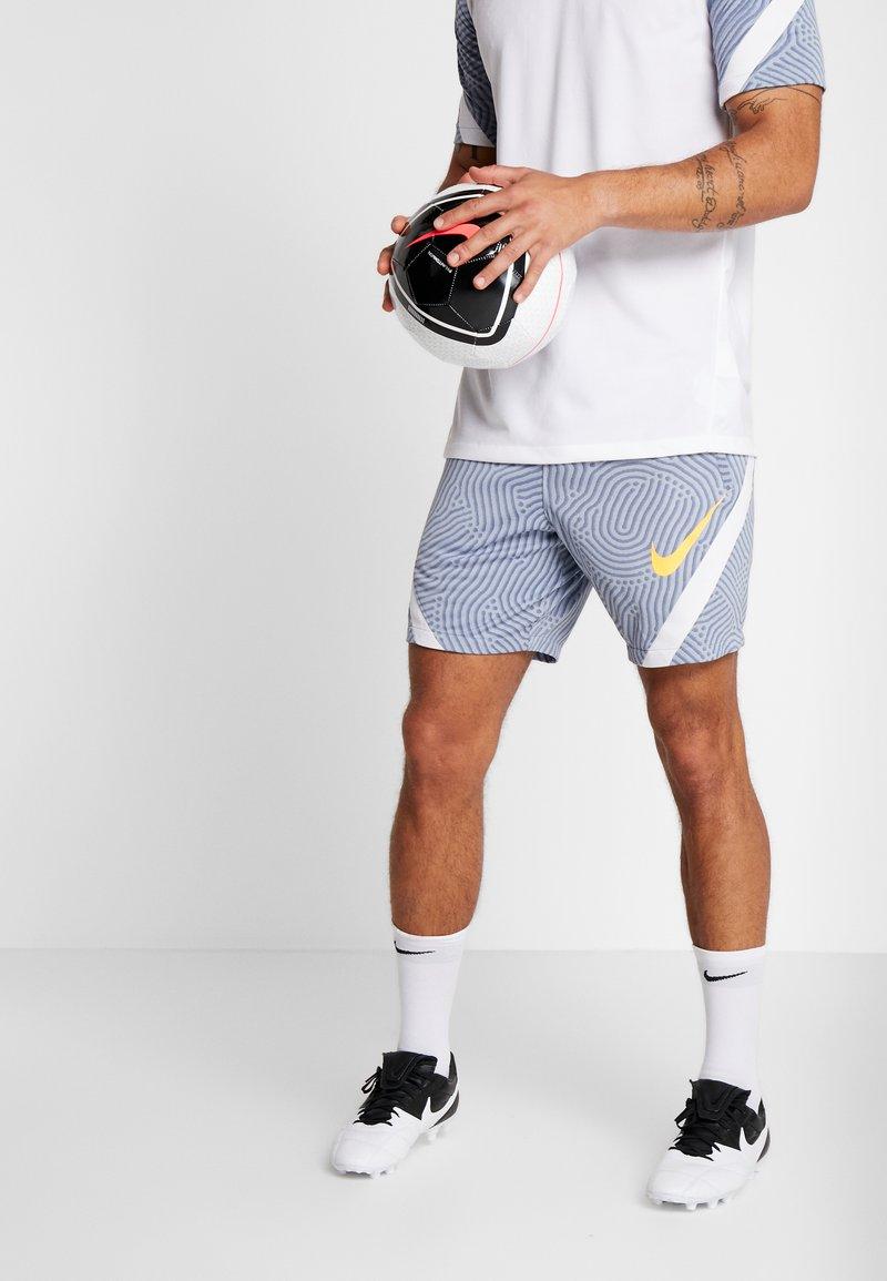 Nike Performance - DRY STRIKE SHORT - Pantalón corto de deporte - obsidian mist/diffused blue/laser orange