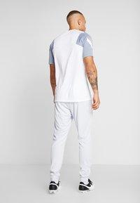 Nike Performance - DRY PANT - Pantalon de survêtement - pure platinum/white/silver - 2