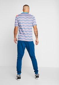 Nike Performance - DRY PANT - Pantaloni sportivi - valerian blue/laser crimson - 2