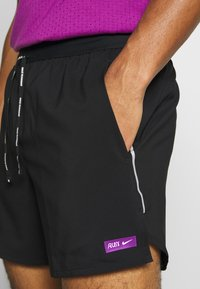 Nike Performance - M NK FLX STRIDE SHORT 5IN TKO - Pantalón corto de deporte - black - 7