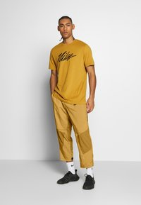 Nike Performance - Pantalon de survêtement - wheat - 1