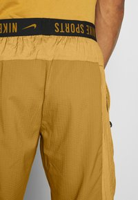Nike Performance - Pantalon de survêtement - wheat - 5