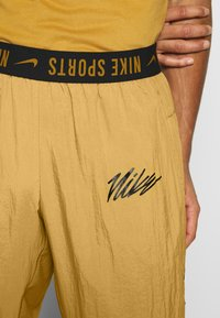 Nike Performance - Pantalon de survêtement - wheat - 7