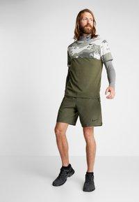 Nike Performance - VENT MAX 3.0 - Pantalón corto de deporte - cargo khaki/black - 1