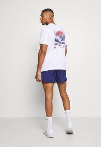Nike Performance - STRIDE SHORT - Pantalón corto de deporte - blue void/white - 2