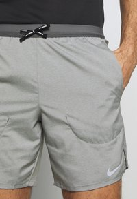 Nike Performance - FLEX STRIDE SHORT - kurze Sporthose - iron grey/heather/reflective silver - 3