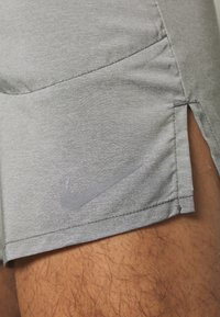 Nike Performance - FLEX STRIDE SHORT - kurze Sporthose - iron grey/heather/reflective silver - 6