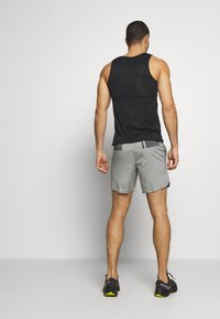 Nike Performance - FLEX STRIDE SHORT - kurze Sporthose - iron grey/heather/reflective silver