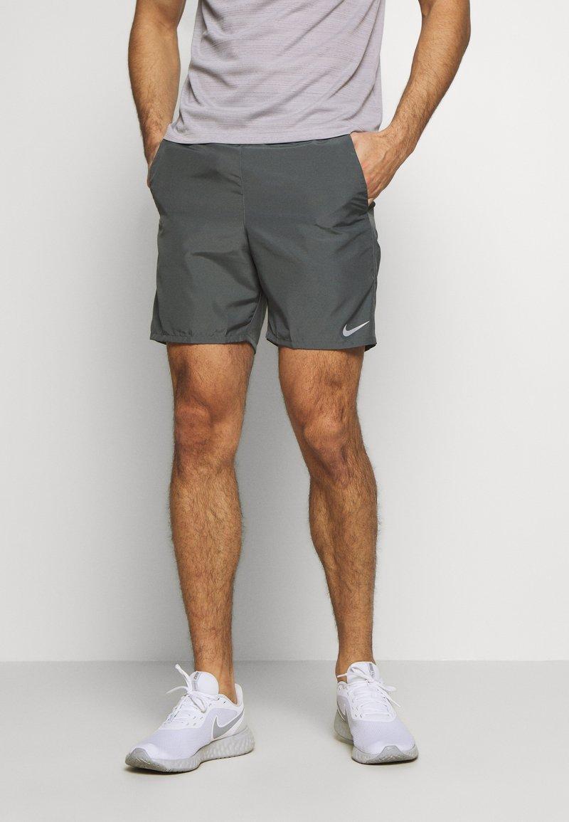Nike Performance - RUN SHORT - kurze Sporthose - iron grey/reflective silver