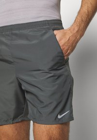 Nike Performance - RUN SHORT - kurze Sporthose - iron grey/reflective silver - 4