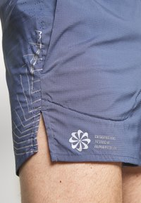 Nike Performance - FLEX STRIDE - Pantalón corto de deporte - diffused blue/reflective silver - 6