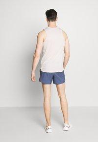 Nike Performance - FLEX STRIDE - Pantalón corto de deporte - diffused blue/reflective silver - 2