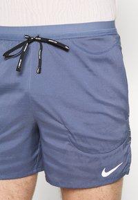 Nike Performance - FLEX STRIDE - Pantalón corto de deporte - diffused blue/reflective silver - 3