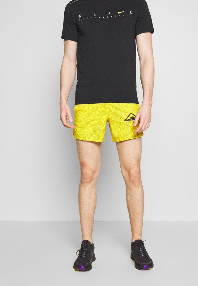 "M NK FLX STRIDE SHORT 5"" TRAIL - Pantalón corto de deporte - speed yellow/black"