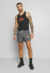 "Nike Performance - M NK FLX STRIDE SHORT 5"" TRAIL - Sports shorts - black/laser crimson - 1"