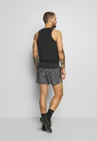 "Nike Performance - M NK FLX STRIDE SHORT 5"" TRAIL - Sports shorts - black/laser crimson - 2"