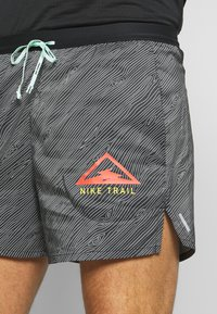 "Nike Performance - M NK FLX STRIDE SHORT 5"" TRAIL - Sports shorts - black/laser crimson - 3"