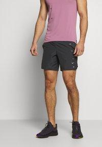 Nike Performance - M NK CHLLGR 7IN BF PO GX FF - Pantalón corto de deporte - dark smoke grey - 0