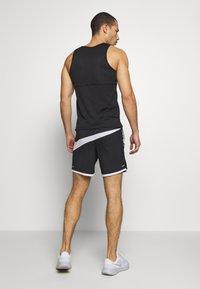 Nike Performance - kurze Sporthose - black/white/reflective silver - 2