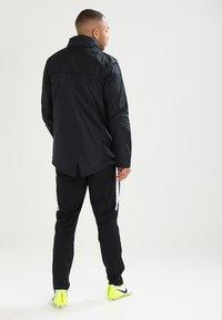 Nike Performance - ACADEMY18 - Vodotěsná bunda - black/black/white - 3