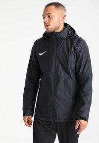 Nike Performance - ACADEMY18 - Vodotěsná bunda - black/black/white - 0