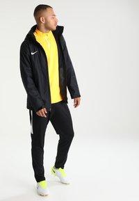 Nike Performance - ACADEMY18 - Vodotěsná bunda - black/black/white - 1