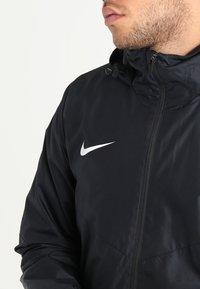 Nike Performance - ACADEMY18 - Vodotěsná bunda - black/black/white - 4