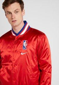 Nike Performance - NBA COURTSIDE JACKET - Trainingsvest - university red/wolf grey/white - 4
