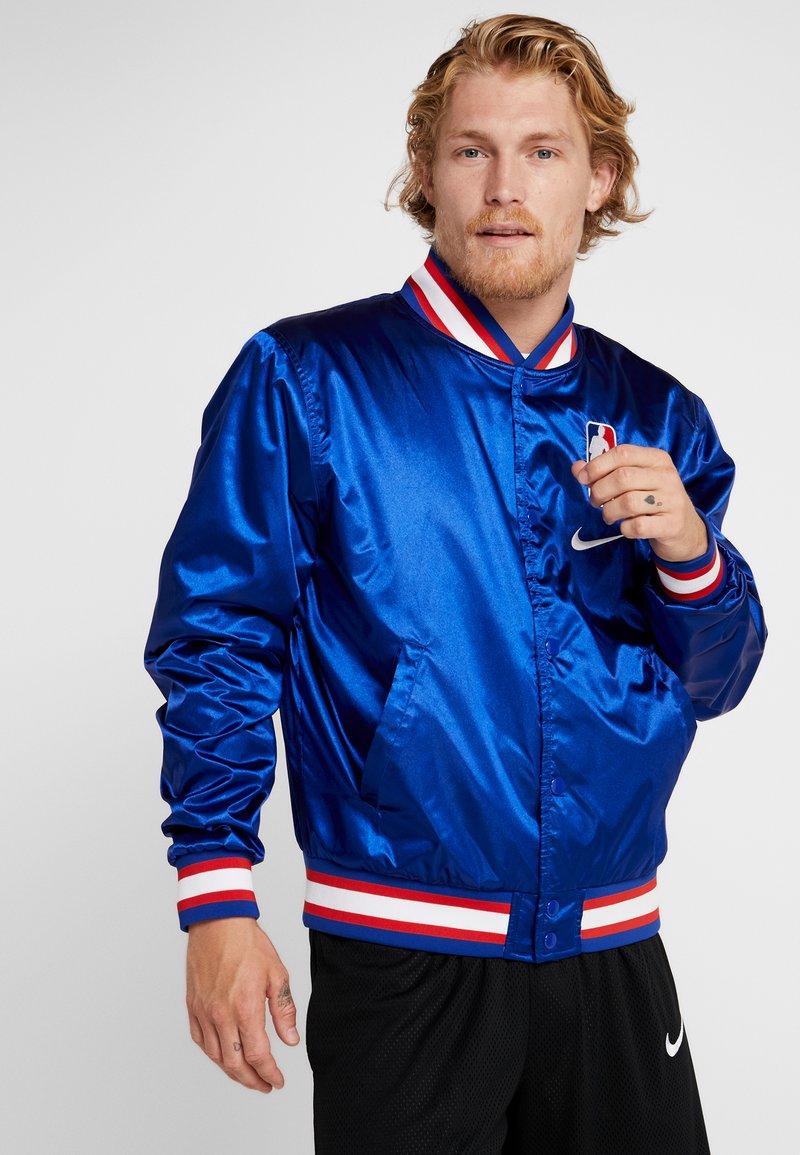 Nike Performance - NBA COURTSIDE JACKET - Training jacket - rush blue/wolf grey/white