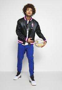 Nike Performance - NBA COURTSIDE JACKET - Chaqueta de entrenamiento - black/wolfgrey/white - 1