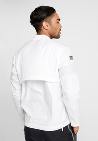 Nike Performance - NFL 100 YEARS NEW ENGLAND PATRIOTS COACH JACKET - Pelipaita - white/pure platinum - 2