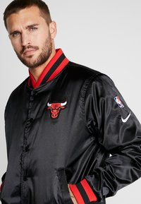 Nike Performance - NBA CHICAGO BULLS REVERSIBLE COURTSIDE JACKET - Article de supporter - black/white - 5