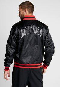 Nike Performance - NBA CHICAGO BULLS REVERSIBLE COURTSIDE JACKET - Squadra - black/white - 2
